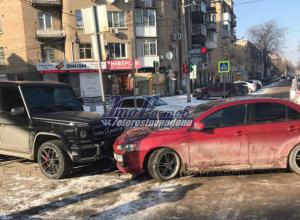 Эпичное ДТП в Ростове: иномарка на скользкой дороге «влетела» в дорогой Mercedes