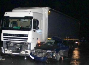 В Ростовской области иномарка врезалась в грузовик: погиб пассажир легковушки