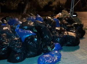 Десятки гниющих мешков с мусором оставили на центральной площади после субботника в Ростовской области