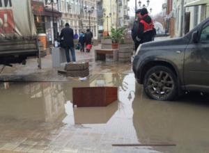 Грузовая «Газель» провалилась в огромную лужу на переулке Соборный в Ростове
