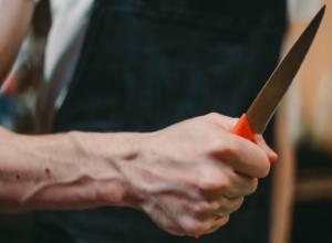 Разъяренный мужчина порезал своего «злейшего» друга ножом во дворе Ростова