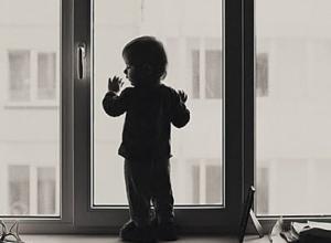 Выпавшая из окна трехлетняя девочка погибла в Ростовской области