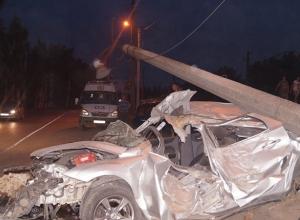 В Таганроге «Форд» столкнулся с двумя машинами и врезался в ЛЭП: 1 погиб, 3 пострадали