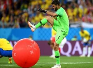 Лопающий красный шар бразильский футболист на поле в Ростове стал мегапопулярным мемом в интернете
