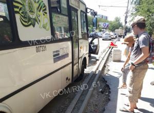 Женщина сломала плечо при попытке сесть в маршрутку на перекопанной улице Ростова