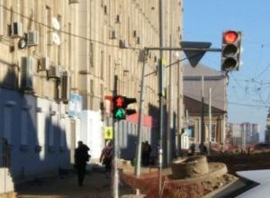 В центре Ростова «сошедший с ума» светофор заставляет прохожих рисковать своей жизнью