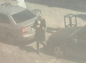 «Перепутавшая педали» блондинка ударила припаркованный автомобиль и скрылась с места ДТП в Ростове