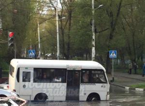 Переполненная пассажирами маршрутка провалилась в яму с водой на перекрестке Ростова