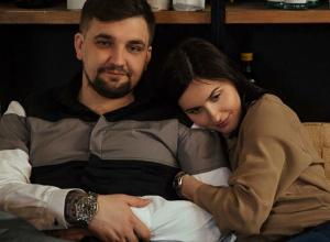 Трогательное фото Басты в обнимку с красавицей-женой на диване вызвало волну умиления фанатов