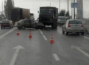 В Таганроге военный КамАЗ врезался в три легковушки: 5 пострадали, 1 погиб. Видео