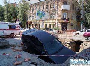 В Ростове на реконструируемой улице Горького под асфальт провалился «Мерседес». ВИДЕО