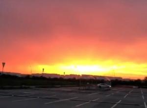 Страшно красивый огненный закат вызвал апокалиптичные настроения у жителей Ростова и попал на видео