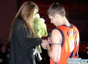 Баскетболист ростовского клуба «Атаман» сделал предложение своей девушке на матче
