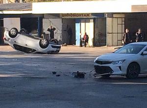 В страшной аварии с перевернутой на крышу иномаркой пострадала женщина