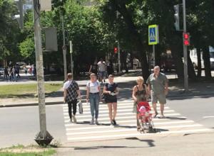 Опасные маневры бабушки, рвущейся с коляской и малышом под колеса, запечатлели ростовчане