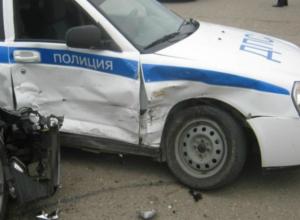 Пытавшийся скрыться от погони водитель иномарки протаранил «задом» автомобиль ДПС под Ростовом