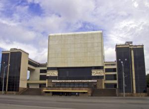 За 40-метровым баннером скроют театр Горького в Ростове на время ЧМ-2018