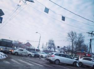 В Ростове на проспекте Стачки столкнулись четыре машины и автобус