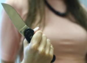 Успокаивавший шумную компанию в своем дворе мужчина получил нож в живот в Ростовской области