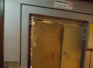 Маршрутка с «современным» картонным окном разъезжает по Ростову