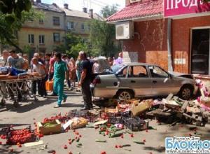 В Ростове женщина-водитель на «Дэу» протаранила палатку с овощами и магазин. ФОТО