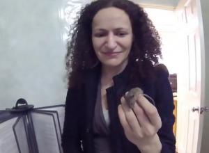 Дерзкая мышь испугала девушек в ростовском ЗАГСе и попала на видео