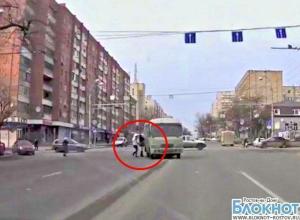 В Ростове-на-Дону пешеходы чудом уцелели, увернувшись от маршрутки. ВИДЕО