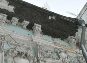 За что нужно оторвать руки реставраторам показал блогер Варламов в Ростове