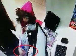 Наглое «аптечное преступление» молодой женщины с девочкой в Ростовской области попало на видео