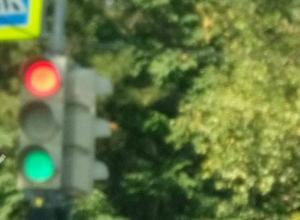 «Неуверенный в себе» светофор на Комсомольской площади изрядно озадачил ростовских автомобилистов
