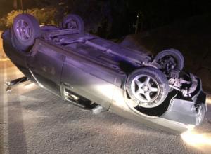 Пытавшийся обогнать легковушку 18-летний водитель ВАЗа перевернулся у моста под Ростовом