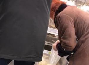 Возмутительную фасовку женщиной арахиса в «Ашане» снял на видео житель Ростова