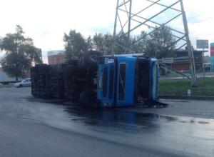 Огромная фура перевернулась на опасном пересечении Доватора/ Малиновского в Ростове