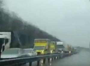Рекордную пробку на залитой дождем трассе под Ростовом сняли на видео