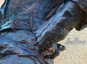Вандалы повредили памятник сантехнику, который установлен на Соборном