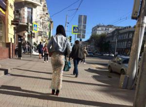 «Виляющая попой» на улице Ростова роковая брюнетка в слишком узкой юбке попала на видео