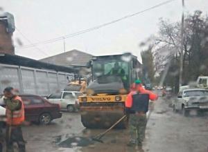 Укладка асфальта во время дождя и грязи в Ростове попала в объективы камер горожан