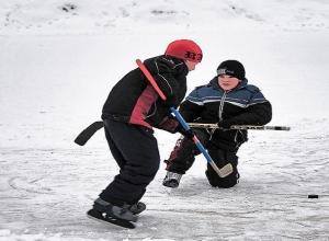Рискованный хоккей на предательском льду озера в Ростове устроили трое школьников