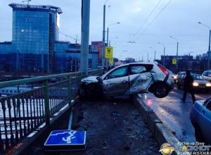 В Ростове на мосту Стачки женщина-водитель перелетела через  ограждение и врезалась в забор. Видео