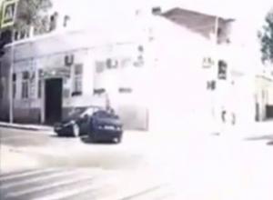 Спешивший забрать ребенка из роддома автолюбитель разбился на крутом повороте Ростова на видео