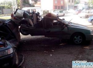 В Ростове «Хендай Акцент» на лету снес крыши двум машинам