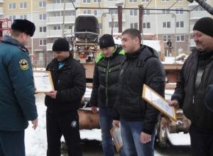 В Ростове-на-Дону наградили тракториста, спасшего из огня женщин и детей