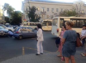 Водитель внедорожника протаранил автобус с пассажирами в центре Ростова