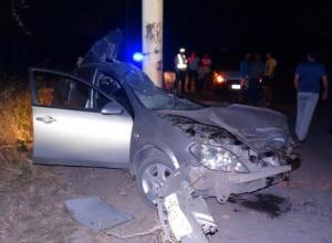 В Шахтах водитель «Ниссана» сбил пешехода и врезался в опору ЛЭП: погибли двое
