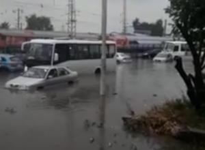Плывущие на затопленный вокзал авто и мусорные жбаны попали на видео в Новочеркасске