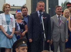 В Ростове на Театральной площади горожане исполнили гимн России