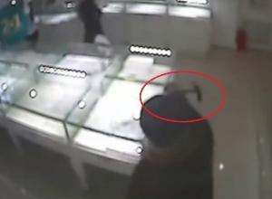 Пенсионерка, напавшая на ростовский ювелирный салон с молотком и ножницами, попала на видео