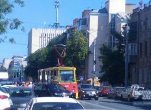 На Горького в Ростове столкнулись «Лексус» и трамвай
