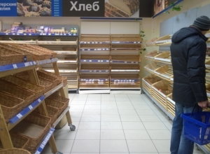 В Ростове третий день в магазинах пустуют полки с хлебобулочными изделиями