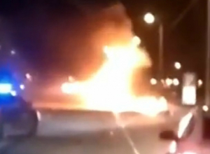 Охваченный адским пламенем грузовик «Coca-Cola» озарил вечернюю ростовскую трассу на видео